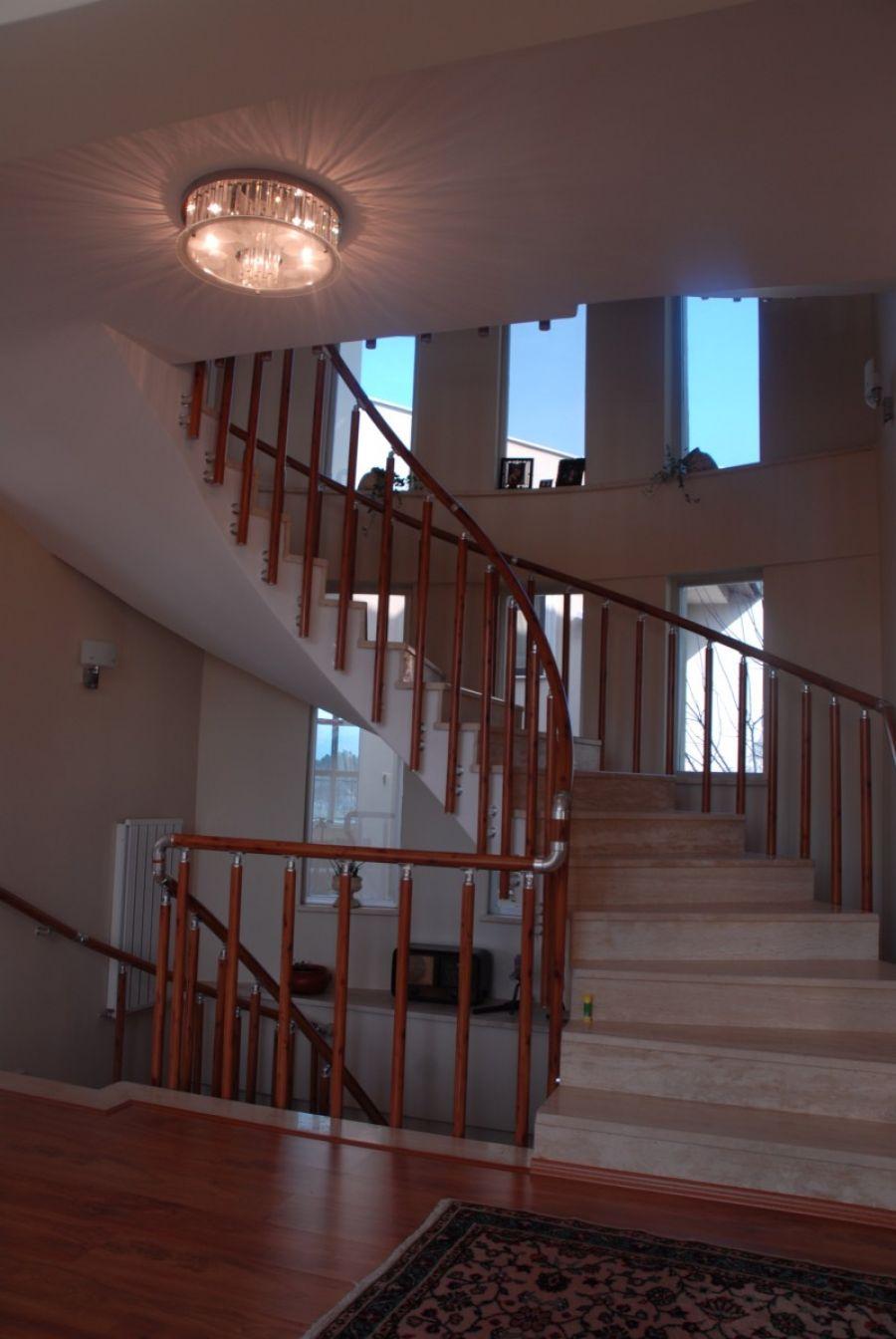 ahşap görünümlü merdiven korkuluk