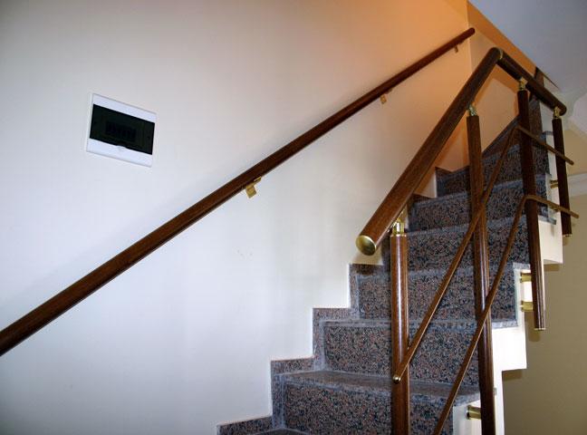 ahşap görünümlü duvar ve merdiven korkuluk
