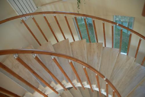 ahşap görünümlü bükümlü merdiven korkuluk